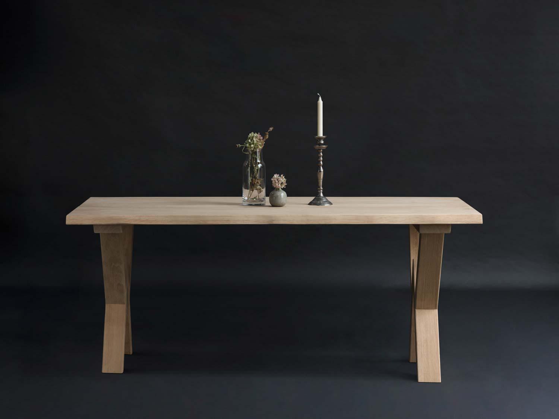 egetræsbord med w ben